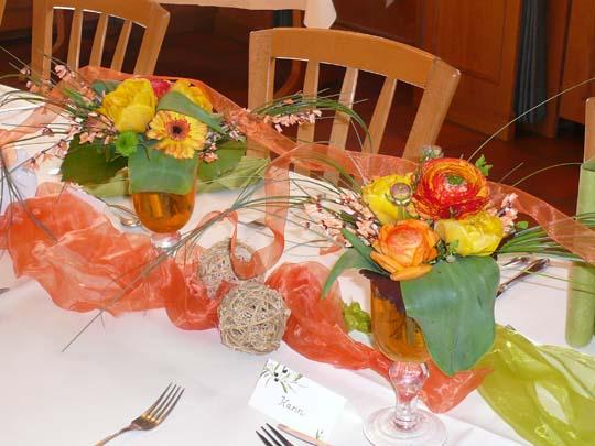 Fruehlingsblumen-Deko in Gasthaus