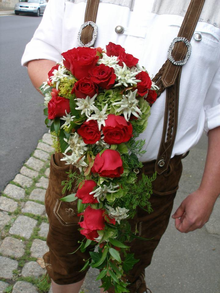 Brautstrauß Rosen & Edelweiss. Blumen Schoetz.