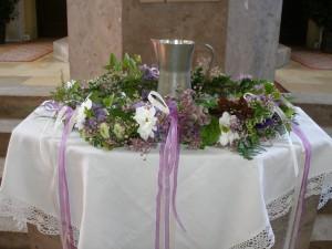 Taufbecken-Blumenschmuck